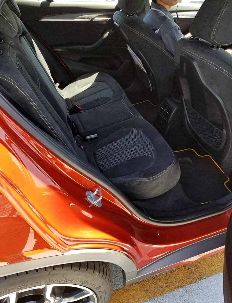 BMWX2の後席足元