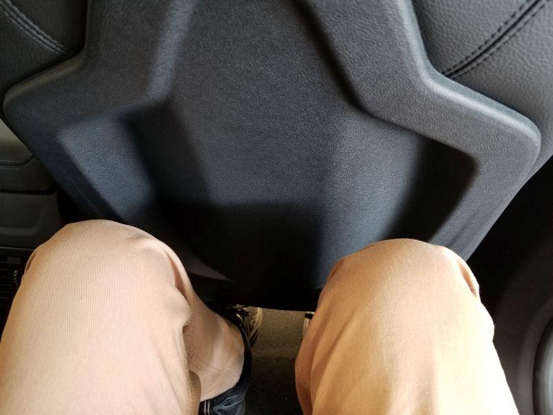 BMW新型1シリーズの後席足元の余裕