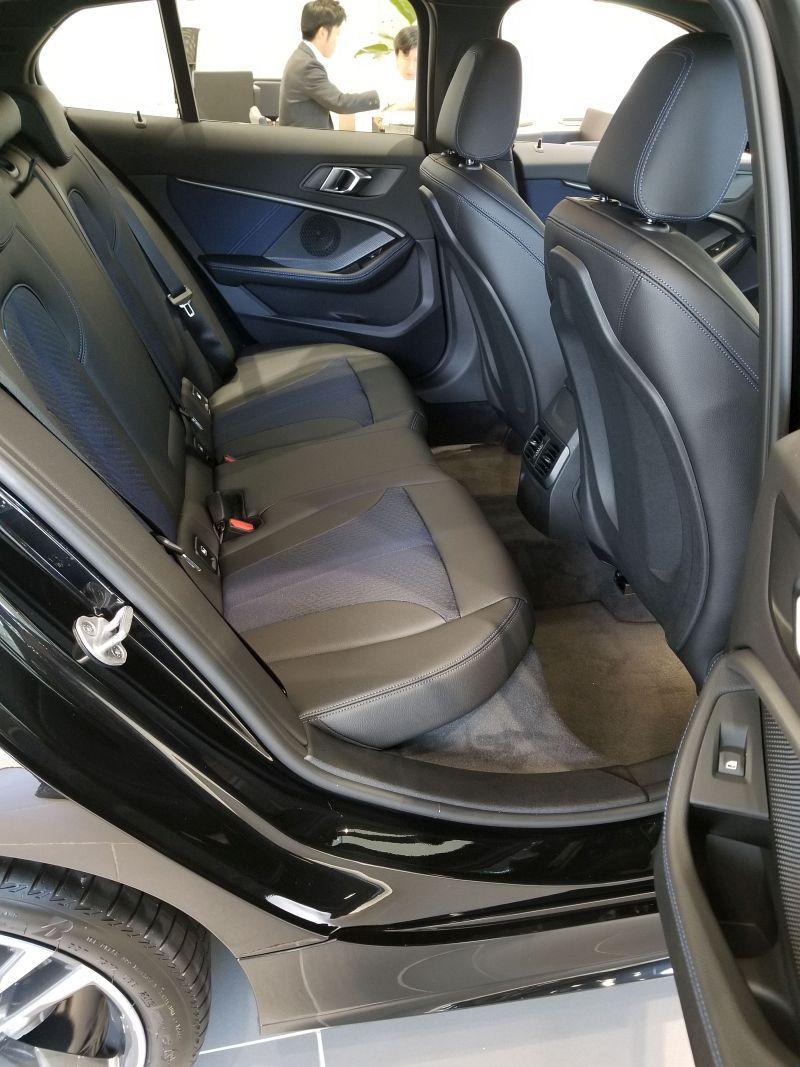 BMW新型1シリーズの後席足元