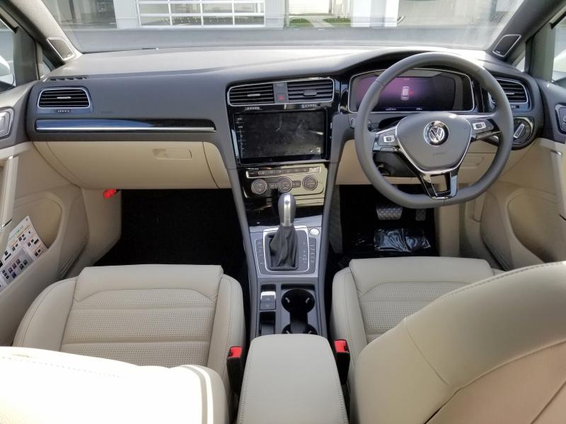 VWゴルフの運転席