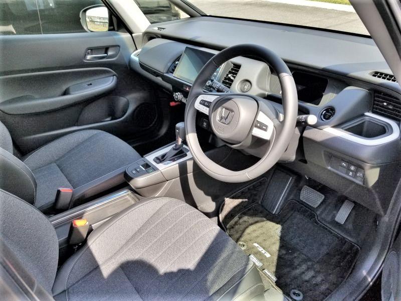 新型フィットの運転席