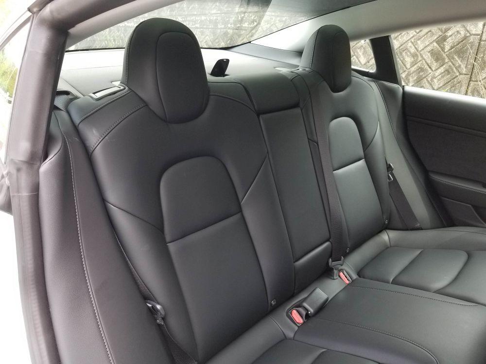 モデル3の後席