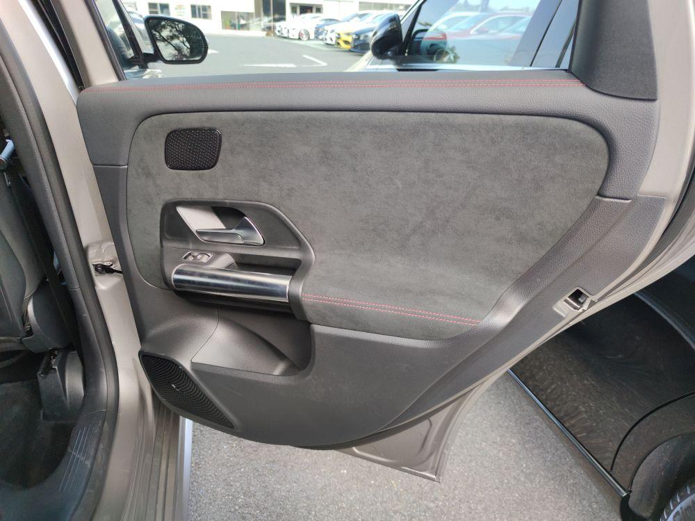 B200dの後席ドアパネル