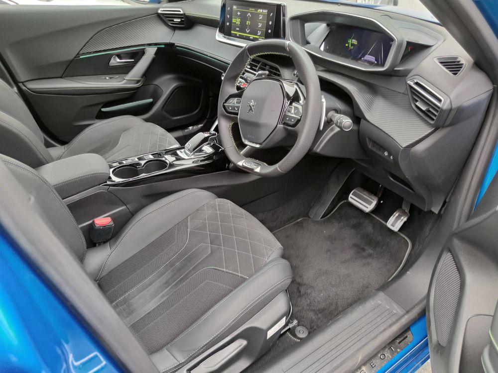 プジョー2008の運転席