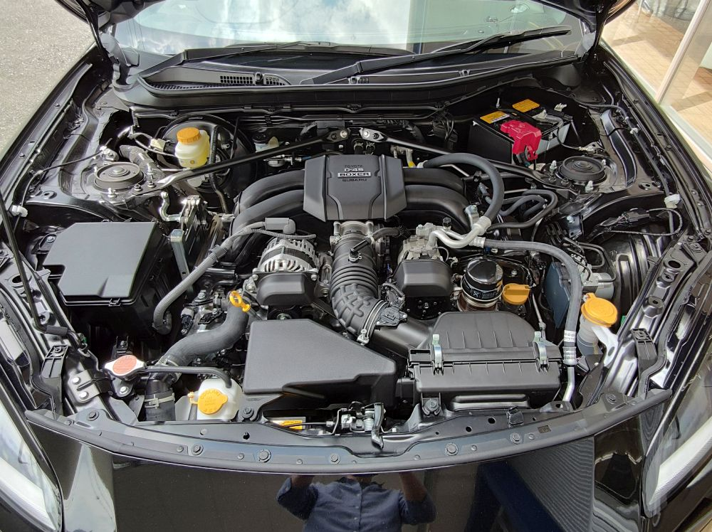 新型BRZのエンジンルーム